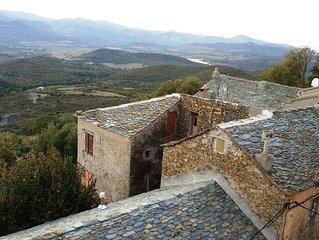 maison de village traditionnelle en pierre apparente