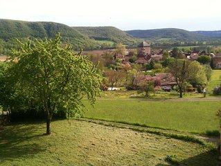 amoureux de la nature ancienne maison en pierre dominant le village et la vallee