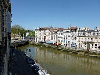 T1 bis, vue Nive ,Coeur de ville, idéal pour couple/petite famille, tout à pied!