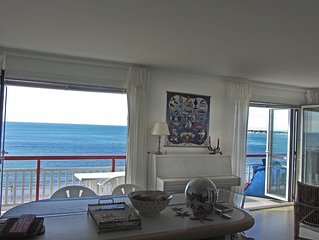 Spacious apartment facing the ocean, very near the center. Exceptional view.