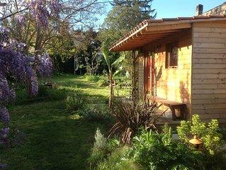 Chambre independante dans un jardin verdoyant proche Bordeaux