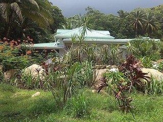 Villa 2 chambres bord de rivière dans un jardin tropical.