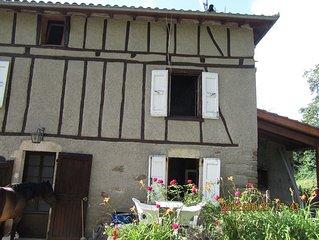 En pleine verdure une maison a colombages avec des lumieres apaisantes.