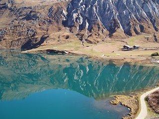 Chalets situés au milieu du golf 18 trous, au bord du lac de Tignes.