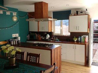 Sheffield Holiday Suite 1-5 Guests Meadowhall + Guest Lounge, Bathroom & Garden