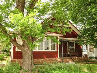 Bungalow in the heart of Lyons -- Perfect for couples/small families!