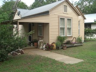 2/1 Hill Country Getaway - Walk to Main Street - Huge private yard -Dog Friendly