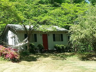 Relaxing Cottage close to everything! Perfect for 2!Wi-Fi, Keurig,Outside space!