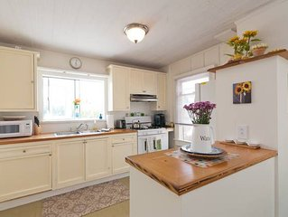 Bright Beach Cottage with Ocean View, Parking, High Speed Wi-Fi, Cable & Netflix