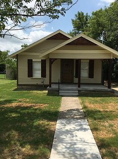 Beautiful Storybook Cottage Style Rustic Home Next To I-35 Easy Access!