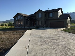 Beautiful New Modern Mountain Home, views of Snowbasin and Nordic Valley!