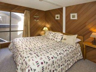 Comfortably sleeps 8, one bedroom loft, two bath condo, Bigwood #056, Uphill Wa