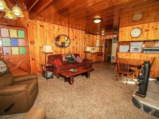Awesome Family Cabin~Full Kitchen~Fireplace~Side Yard~Walk To Lake & Parks~WiFi~