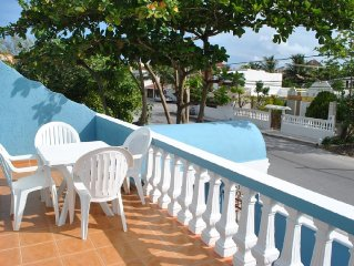 Bright, airy apartment, private balcony close to beach, 4 blks to town sqyare