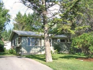 10 Bed Bungalow; 5blks from Kinsmen Beach, Relax