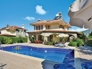 Villa w/ stunning mountain view from terrace short drive to the beach