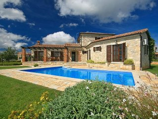 Detached villa with large garden and pool, rustic furnishing, privacy guaranteed