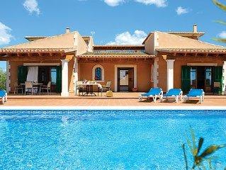 Elegant 4 bedroom Villa w/pool & BBQ, a short walk to shops, eateries!