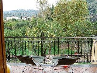 Villa Fillide B è un gradevole appartamento circondato dal verde, per cinque pe