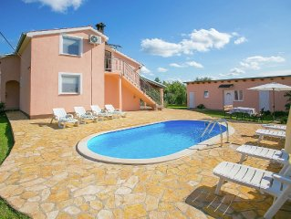 Holiday house with pool for 12 persons in a quiet suburb of Porec