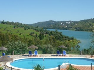 Cottage located on a small estate featuring great views on the Viñuela lake.