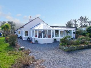 SEAVIEW, pet friendly, luxury holiday cottage in Moelfre, Ref 13988
