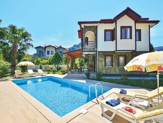 Superbly located villa w/ access to local amenities, modern fittings and pool