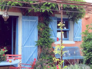 Colorful, Provencal house with pool, 24 km from Apt