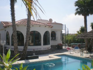Enclosed, detached villa (180 m) with swimming pool.