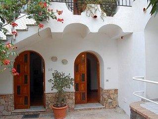 Villa Chiaretta C e una caratteristica antica casa situata su una collina, rivo