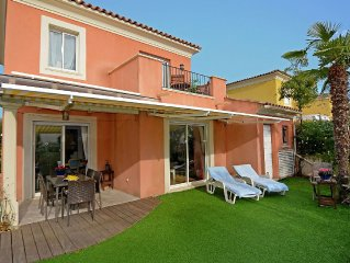 Fine, child-friendly beach villa 500 meters from the beach with enclosed garden