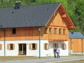Luxurious chalet with sauna, situated on the Hallstattersee in Obertraun.