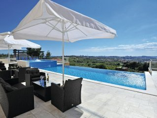 9 bedroom accommodation in Mravince