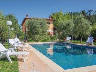 Eine grosszugige Villa mit Garten und Pool