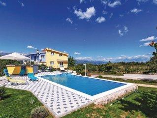 4 bedroom accommodation in Podgradina
