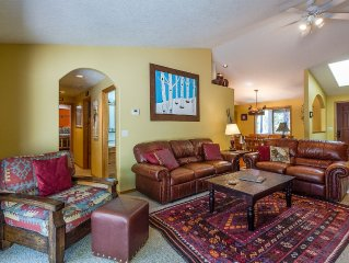 Walk to River, Private Hot Tub, 3 King Bedrooms, Single Level -9 Klamath Lane