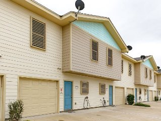 4 bedroom 3 bath home, Community Pool, right in the heart of Port Aransas!