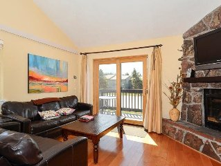 Bright & Airy Townhome. Peaceful getaway Sleeps 8!