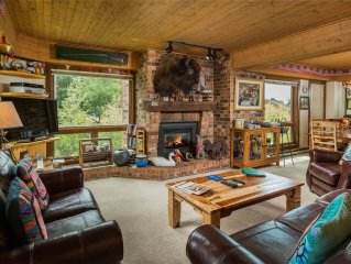 Beautiful Mountain Condo, Onsite Fire Pit & Hot Tubs, Winter Shuttle!
