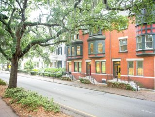 Well Appointed Row Home Looking Out On Beautiful Forsyth Park