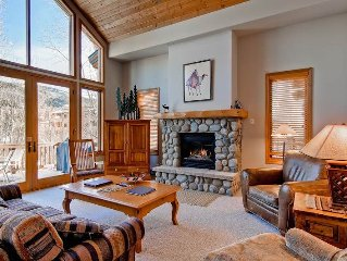 Amazing Mountain Views, Private Deck, Beautiful Townhome & Winter Shuttles!