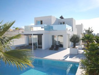 New, modern villa with private pool in a quiet villa district in the Costa Blan