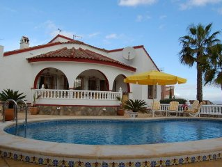 Lovely villa with swimming pool near the golf course.