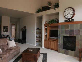 Luxury Eagle Crest Condo- Private Hot Tub, Fireplace, Free WiFi!