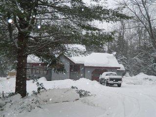 Sugarloaf, Cozy Ski Chalet Just 5 Miles To Sugarloaf!! Sleeps 10!