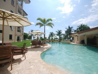 Relax in beachfront luxury, 3bd w/ lrg kichen and family room poolside value!