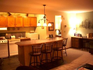 Seventh Mountain.2 baths, fireplace,full kitchen, sleeps 6.