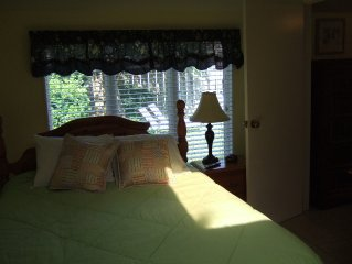 Quiet Romantic Cottage, Steps to the Beach, & Convention Center