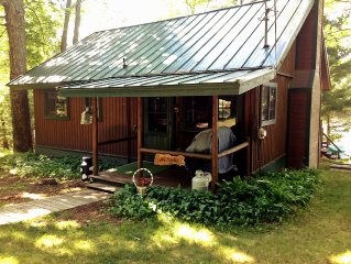 Traverse City Lakefront Log Home, FREE Hot Tub, WIFI, & Boats.