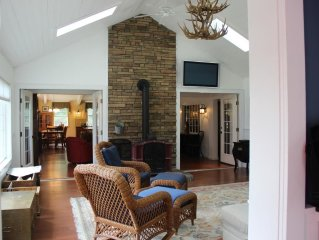 Luxury Mountain Home - Wifi,Central Air, Flatscreens, Chefs Kitchen, Ideal Loc.